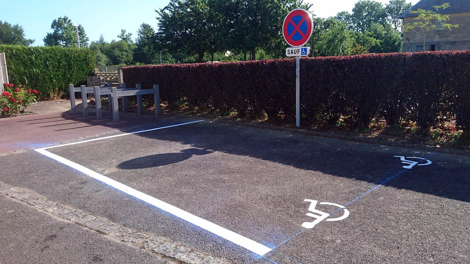 marquage-sol-place-stationnement-handicape-voirie-peinture-vire
